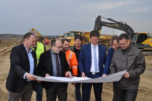 Foto zeigt die Akteure, die über den Fortgang der Arbeiten am Unternehmerpark Kottenforst informieren.