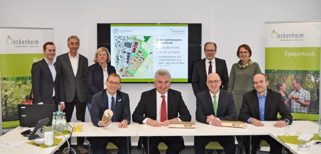 Das Foto zeigt von links Mathias Küpper, Peter Küpper, Silke Schnapp, Dirk Schwindenhammer, Prof. Dr. Andreas Pinkwart, Heinz-Peter Witt, Bert Spilles, Waltraud Leersch, Prof. Ralf Pude